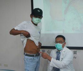 蔡岳錤醫師指出周先生受傷部位