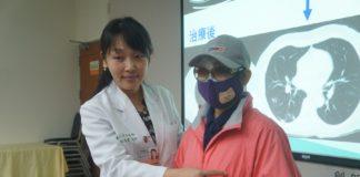 劉怡君醫師解說病友肺部病灶位置
