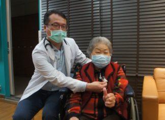 鄭諭聰醫師展示陳媽媽主動脈瓣膜置放位置